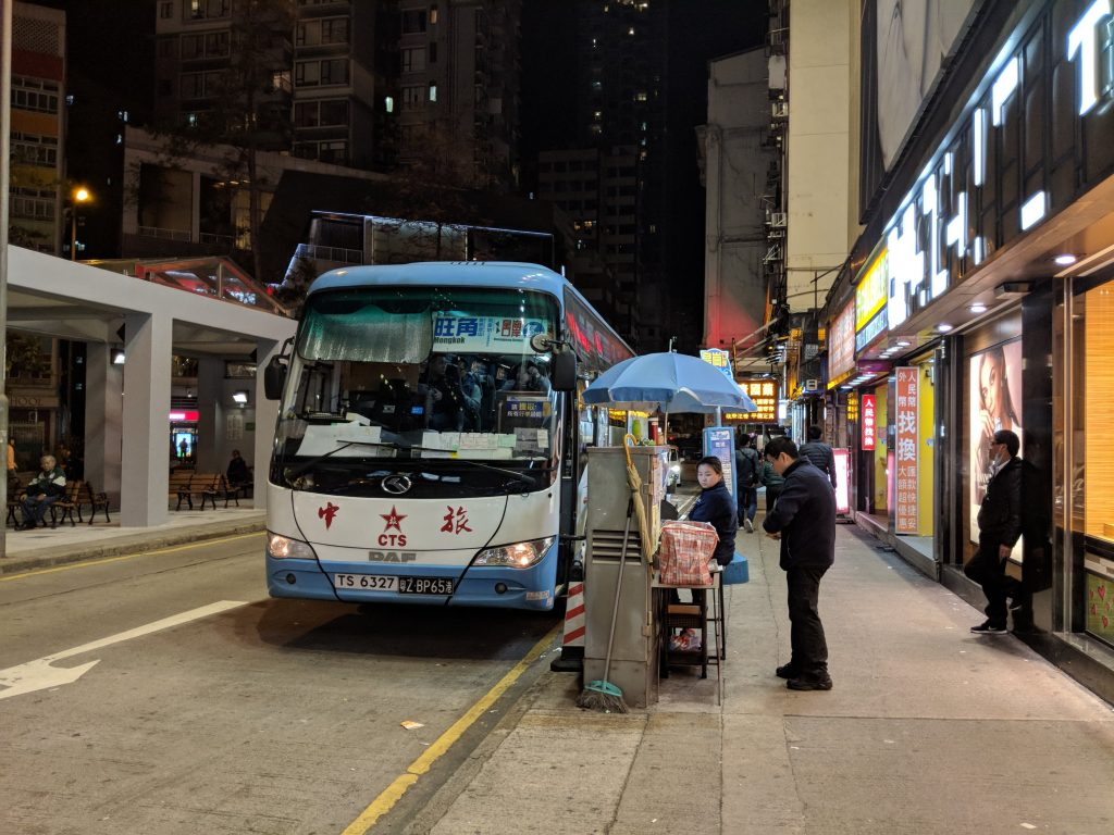 MUJI HOTEL SHEZHENに向かう深セン行きのバス停。バスは24時間運行している。